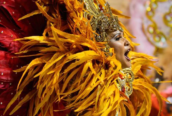 Luxe exclusif au carnaval de Rio: chefs-d'œuvre de costumes
